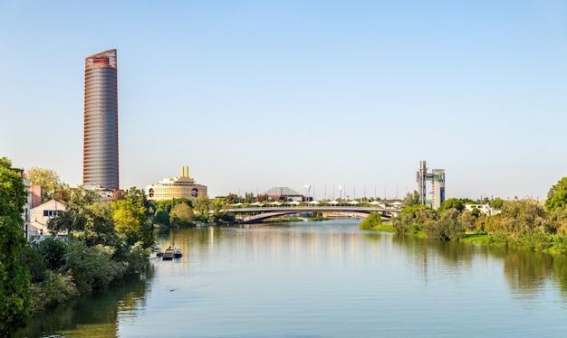 Skyline von sevilla mit dem fluss guadalquivir - spanien, andalusien