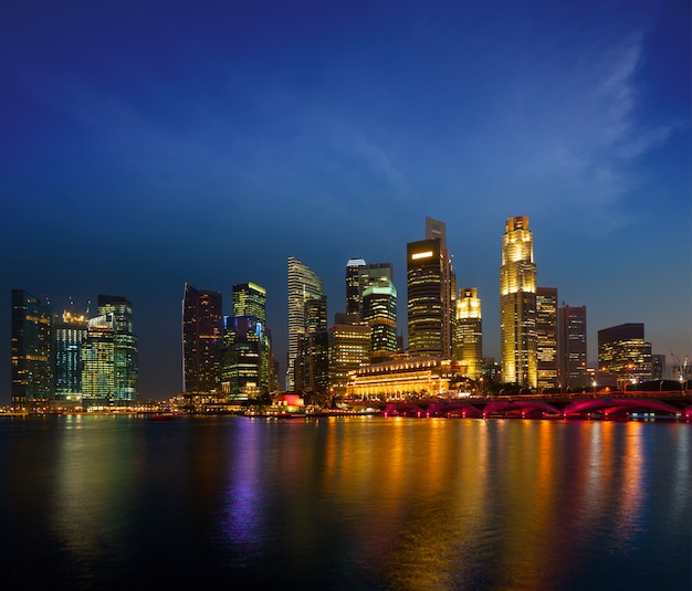 Skyline von singapur am abend