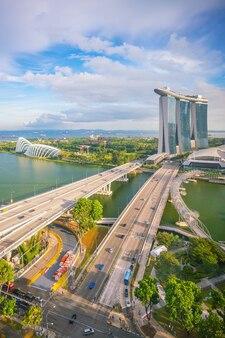 Skyline von singapur mit blauem himmel