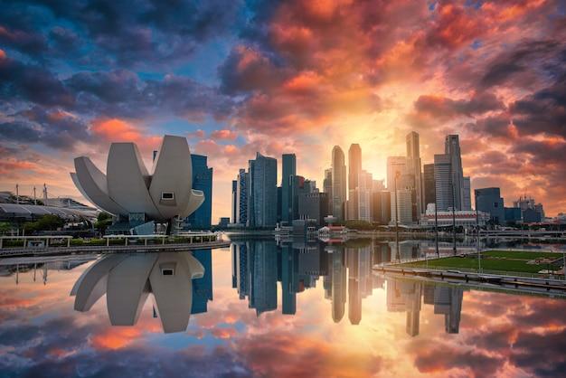Skyline von singapur und blick auf die wolkenkratzer an der marina bay bei sonnenuntergang.