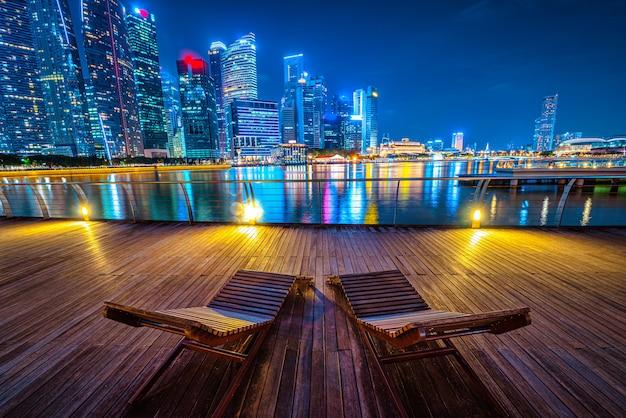Skyline von singapur und blick auf wolkenkratzer auf marina bay in der dämmerung.