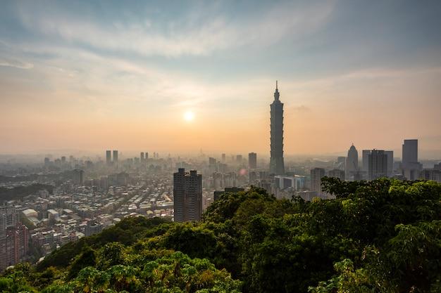 Skyline von taipeh mit sonnenuntergang