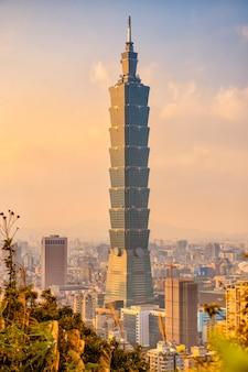 Skyline von taipei city mit 101 tower bei sonnenuntergang
