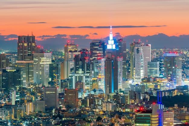 Skyline von tokio mit gebäuden in shinjuku in japan