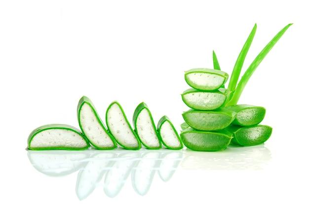 Slice aloe vera ist eine sehr nützliche kräutermedizin für die hautpflege und haarpflege