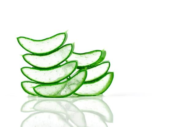 Slice aloe vera ist eine sehr nützliche kräutermedizin für die hautpflege und haarpflege.