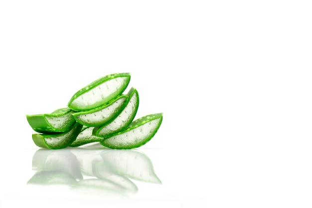 Slice aloe vera nützliche kräutermedizin für die hautpflege und haarpflege.