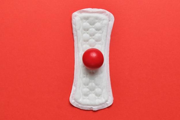 Slipeinlagen auf rot mit einem abstrakten blutfleck