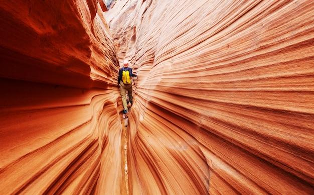 Slot canyon im grand staircase escalante nationalpark, utah, usa. ungewöhnliche bunte sandsteinformationen in den wüsten utahs sind ein beliebtes ziel für wanderer.
