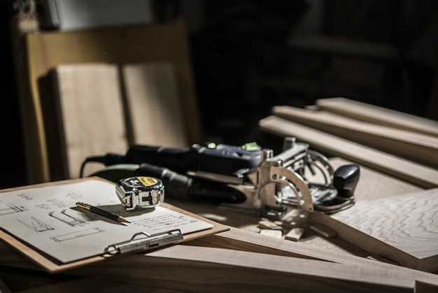 Slotter, maßband und bleistift, zeichnungen auf der werkbank