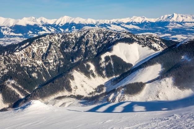 Slowakei. niedrige tatra. schneebedeckte wintergipfel bei sonnigem wetter und tälerwald