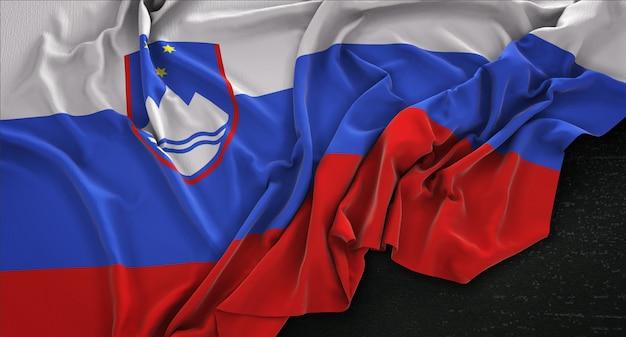 Slowenien-flagge geknittert auf dunklem hintergrund 3d render