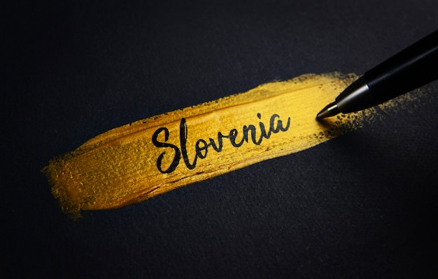 Slowenien handschrift text auf golden paint brush stroke