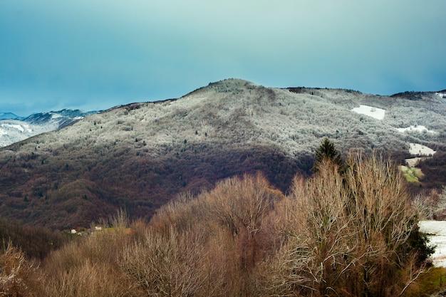 Slowenische berge mit schnee bedeckt