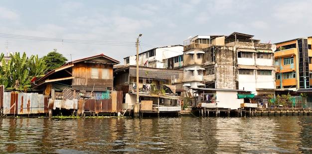 Slum auf schmutzigem kanal in thailand