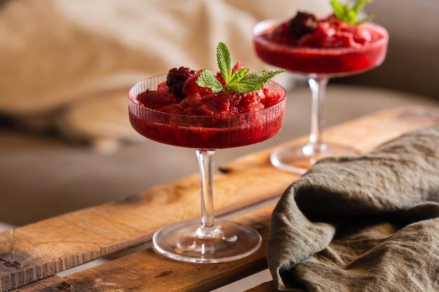 Slushy- oder slushie-cocktail für einen entspannten nachmittag zu hause