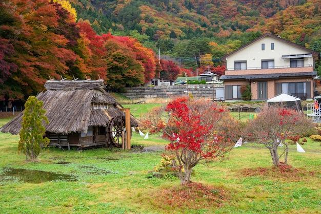 Smaill traditionelles japanisches holzhaus in der nähe des kawaguchiko-ahornkorridors im herbst