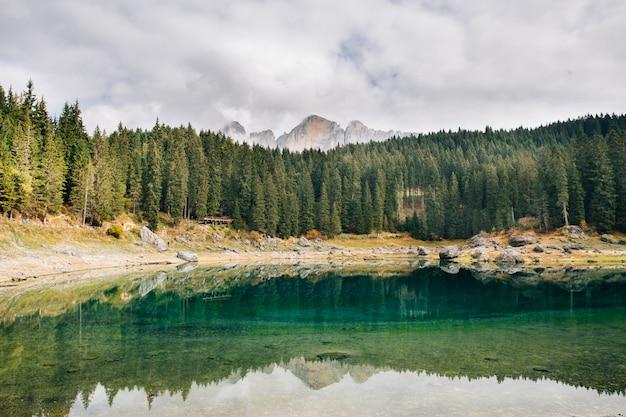 Smaragdfarbener panoramablick auf den lago di carezza