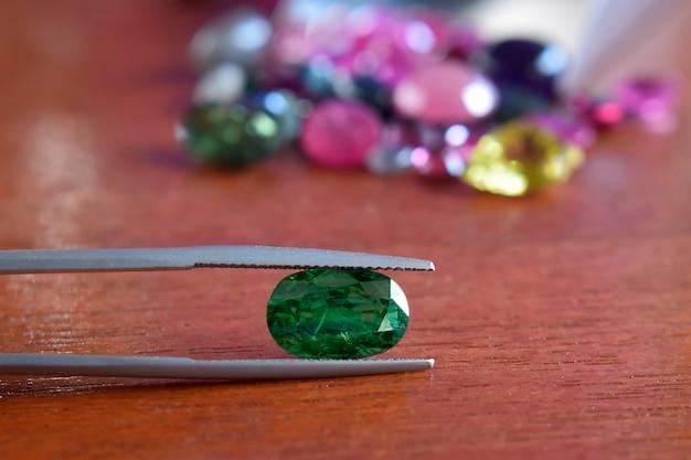 Smaragdgrün es ist ein natürlicher grüner edelstein. es ist ein seltener und teurer edelstein