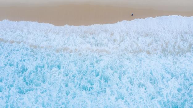 Smaragdmeer der surin-bucht bei phuket thailand-luftaufnahme