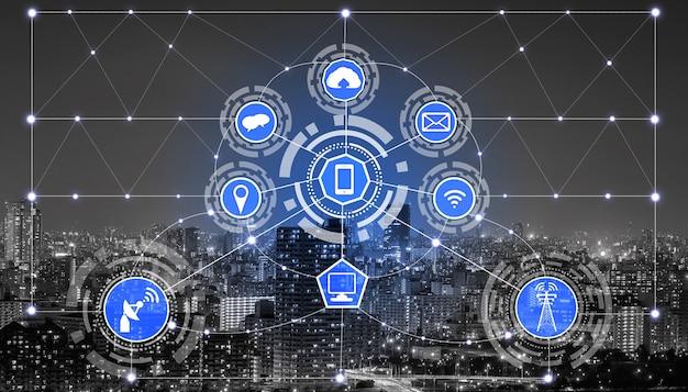 Smart city skyline mit symbolen für drahtlose kommunikationsnetzwerke.
