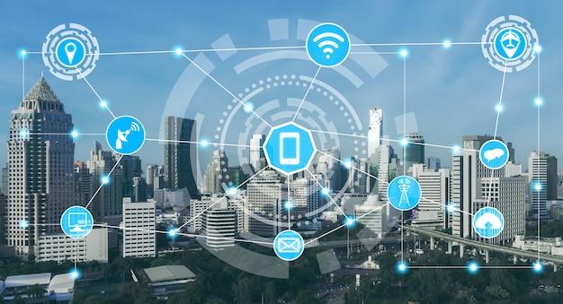 Smart city skyline mit symbolen für drahtlose kommunikationsnetzwerke