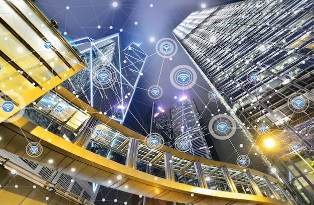 Smart city und drahtloses kommunikationsnetzwerk auf wolkenkratzern im zentrum von hongkong