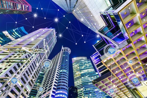 Smart city und drahtloses kommunikationsnetzwerk auf wolkenkratzern in singapur
