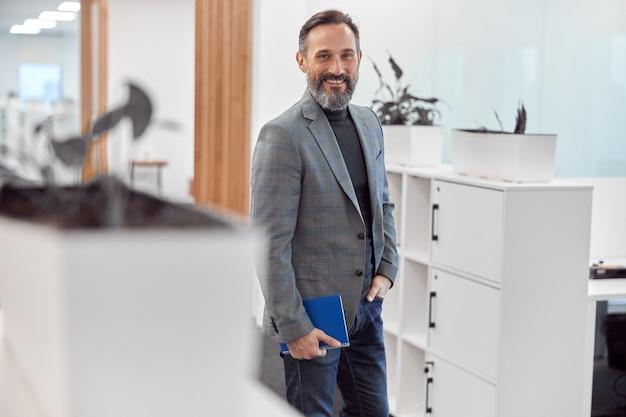 Smart happy ofice arbeiter geht in einem modernen büro