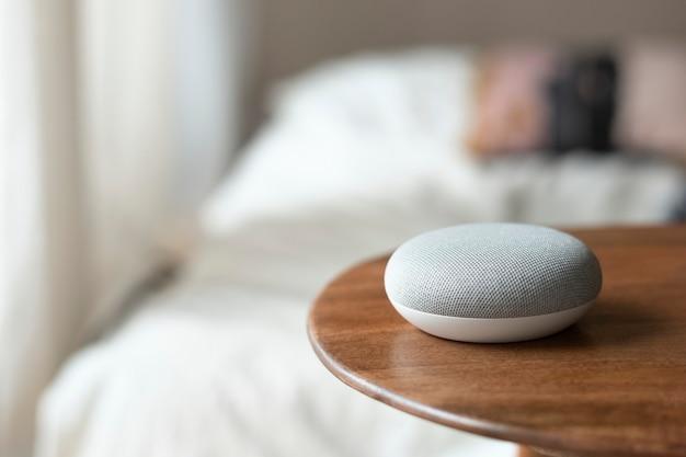 Smart home living mit sprachgesteuertem lautsprecher auf dem tisch