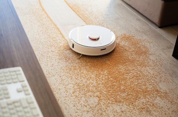 Smart home, roboter-staubsauger führt zu einer bestimmten zeit eine automatische reinigung der wohnung durch