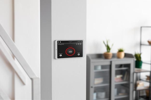 Smart-home-tablet an der wand