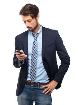 Smart-mann an einem telefon suchen