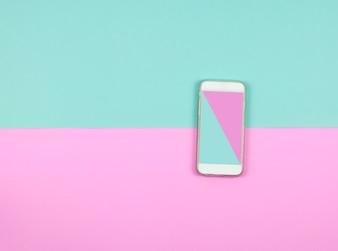 Smartphone auf blauem und rosa hintergrund