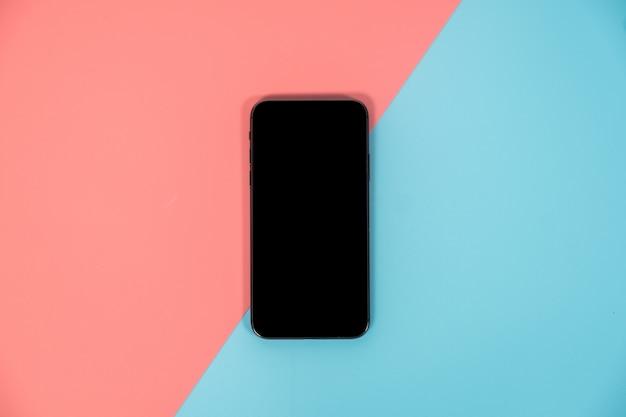 Smartphone auf buntem hintergrund mit kopienraum. flache lage moderner und minimalistischer stil.