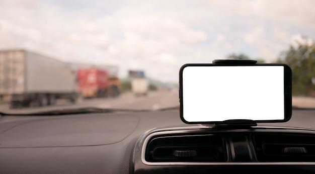 Smartphone auf dem vorderen griff des autos mit weißem bildschirm