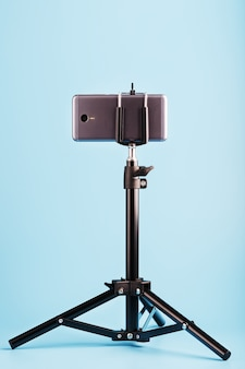Smartphone auf einem stativ als foto-video-kamera