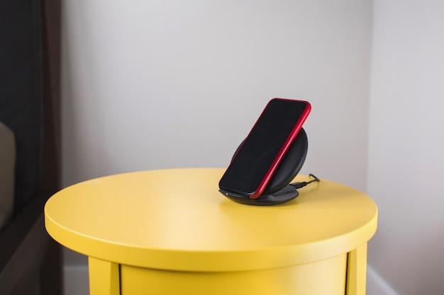 Smartphone auf einer drahtlosen schnellladestation