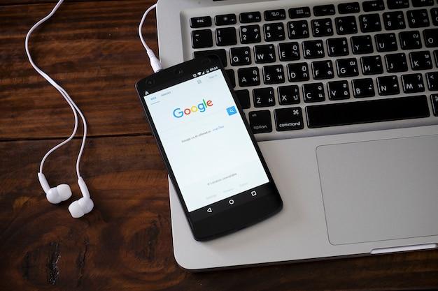 Smartphone auf laptop-tastatur