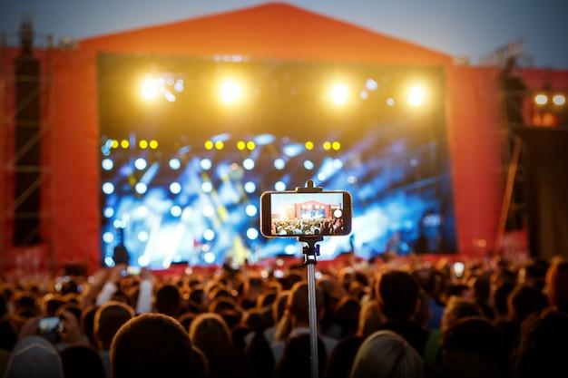 Smartphone auf selfie einbeinstativ stick