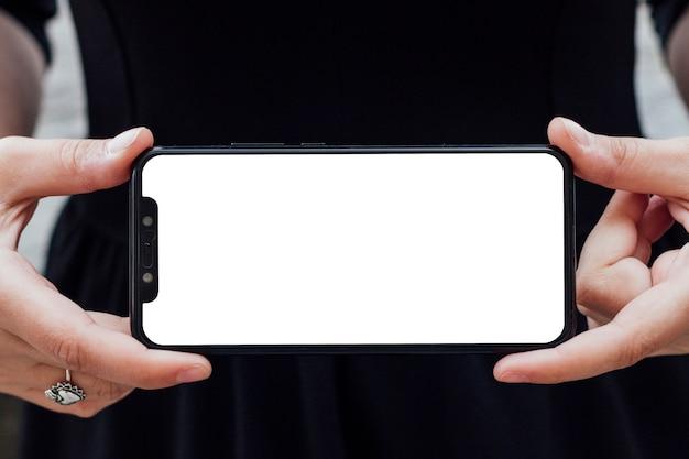 Smartphone-bildschirm von einer person halten