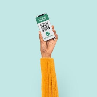 Smartphone-bildschirmhand mit qr-code bargeldlos bezahlen