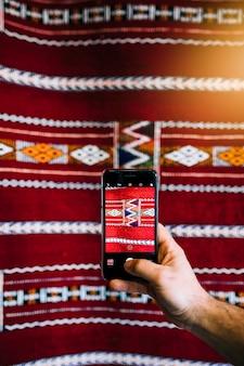 Smartphone, das foto des orientalischen musters macht
