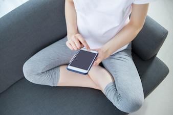 Smartphone der schwangeren Frau