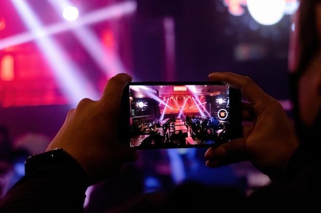 Smartphone-fotografie bei einem live-konzert im nachtclub.