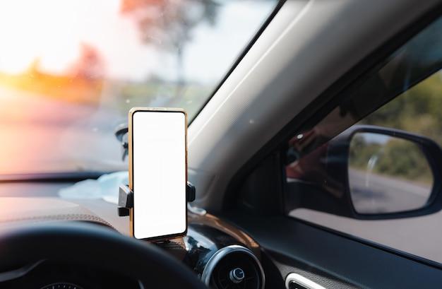 Smartphone-geräte-gadget mit weißem bildschirm an der telefonhalterung im auto für gps-navigator montiert