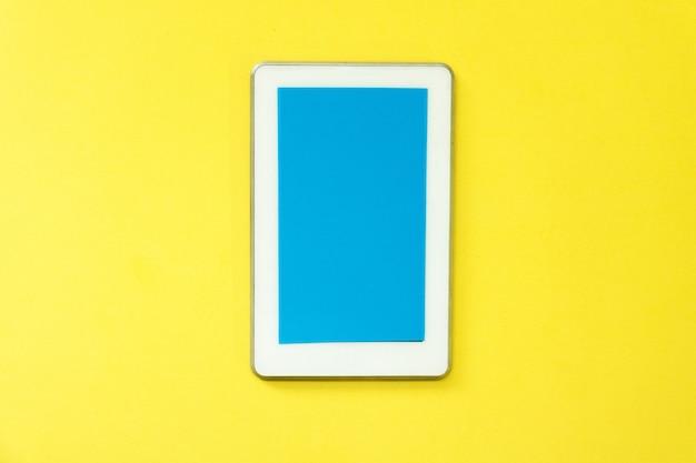 Smartphone im gelben hintergrund. intelligente show-technologie. es macht das leben einfach.