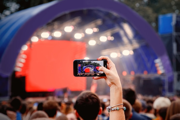 Smartphone in den händen auf musikshow.