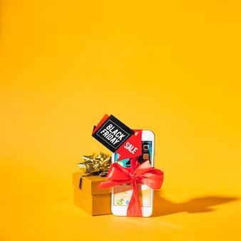 Smartphone in der nähe der geschenkbox