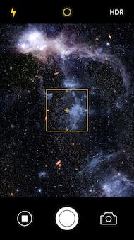 Smartphone-kamerabildschirm, der ein galaxiebild aufnimmt